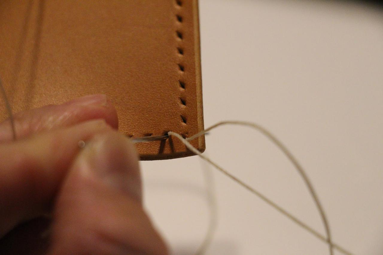 画像: 筆者撮影 できたすき間に銀面側の糸を通します