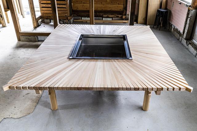 画像: 宮大工さんが造った囲炉裏テーブル (photographer 吉田達史)