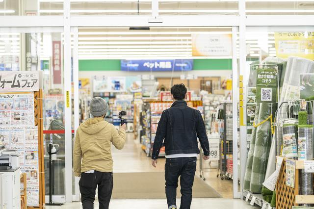 画像: 番組担当デレクター 奥田(左)とてつじさん(右)一緒に店内へ (photographer 吉田達史)