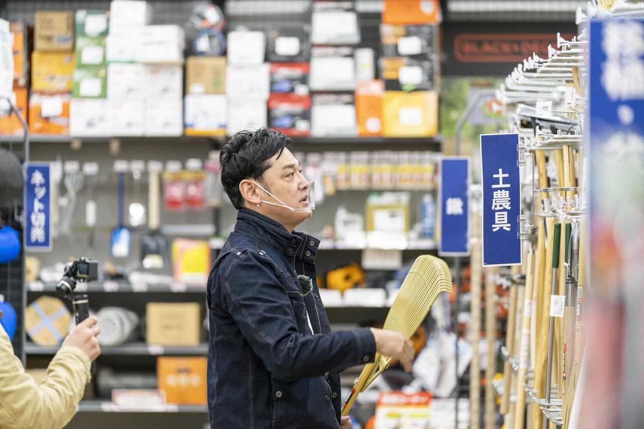 画像: 熊手を選ぶてつじさん (photographer 吉田達史)