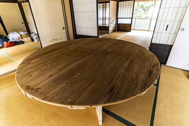 画像: 酒樽の蓋を利用したテーブル (photographer 吉田達史)