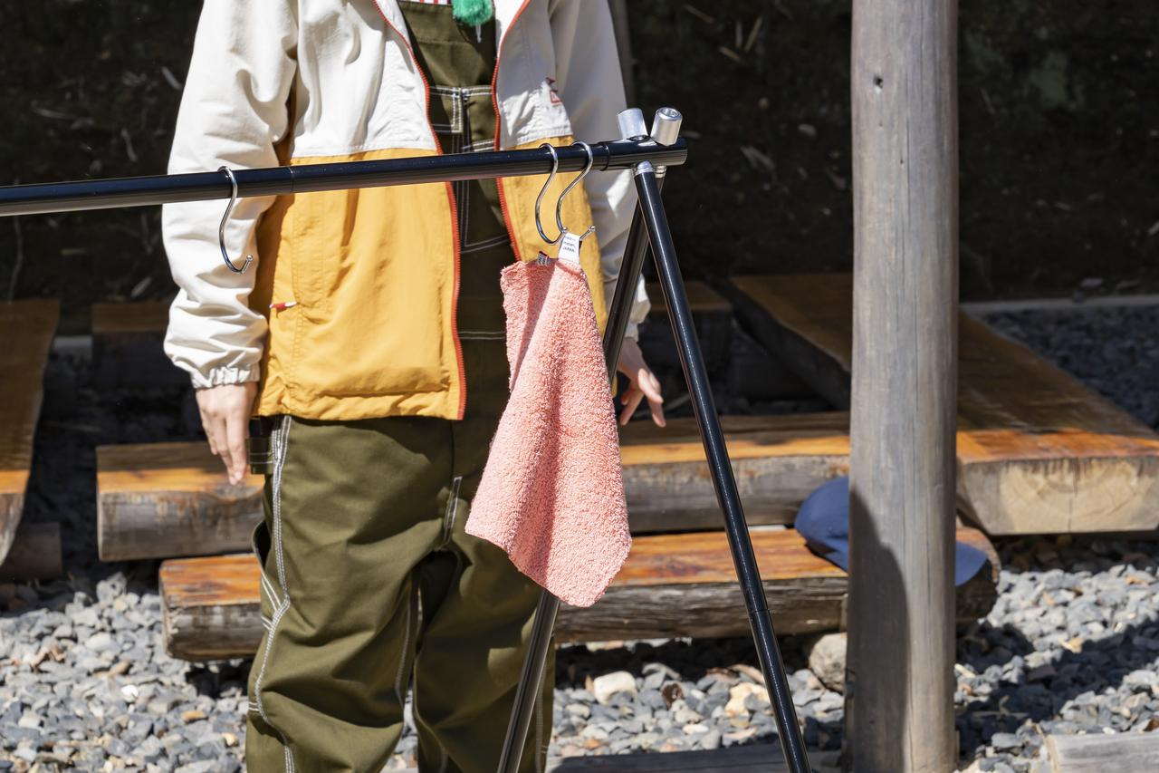 画像: 重盛さん「ハンカチです!すぐに手を拭けるように!」 (photographer 吉田達史)