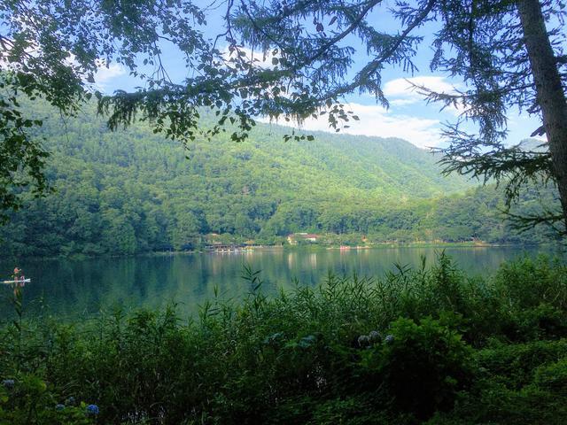 画像: 筆者撮影 四尾連湖水明荘キャンプ場からの四尾連湖