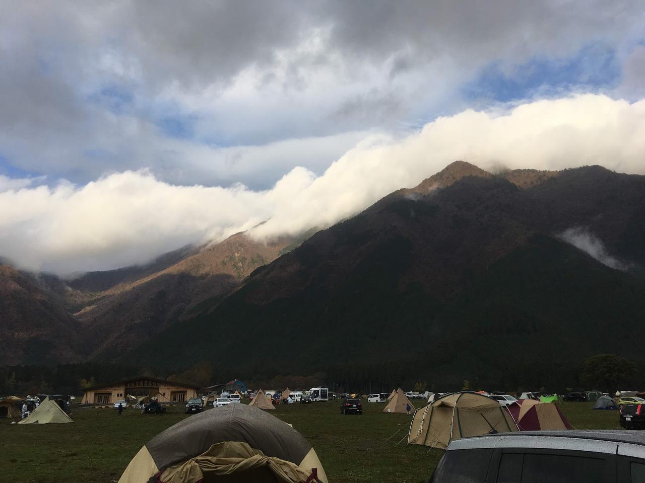 画像: 筆者撮影 静岡県のふもとっぱらキャンプ場はとっても広い。ソロからグループまでいろいろなキャンパーがいる