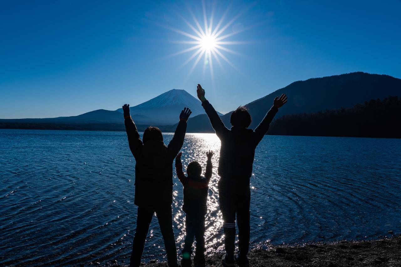 画像: 筆者撮影 浩庵キャンプ場にて 三兄弟でバンザーイ