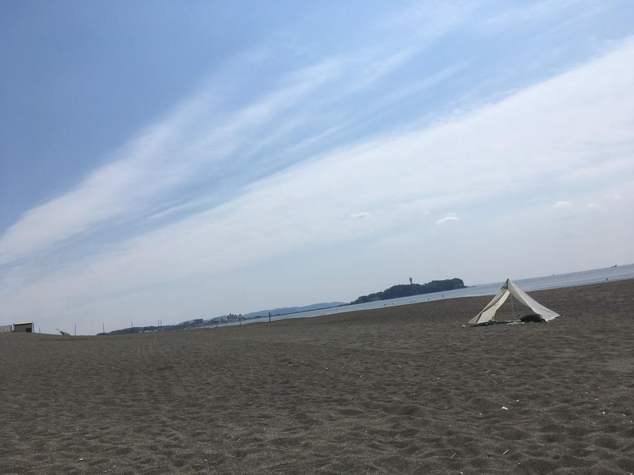 画像: 砂浜で海を眺めるソロデイキャンプ! 持ち物リストや浜辺にテントを張る方法を紹介! - ハピキャン(HAPPY CAMPER)