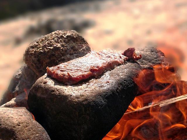 画像: 【キャンプで頂く石焼きステーキ】美味しく焼くコツを詳しくご紹介! 溶岩プレートも - ハピキャン(HAPPY CAMPER)
