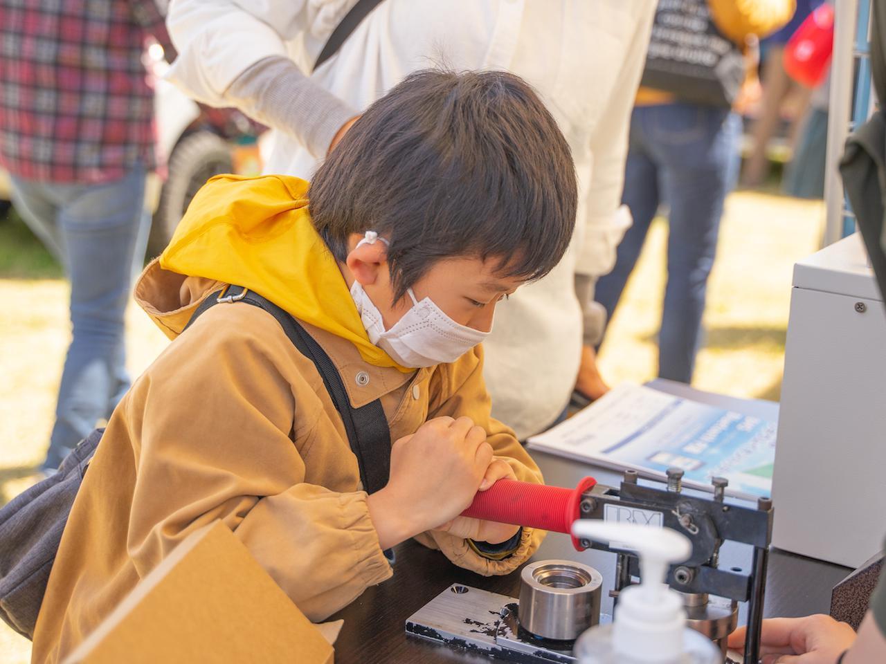 画像: Stage21 のブースで体験させてくれた缶バッジ作りは、唯一の子ども向け体験コーナーでした。
