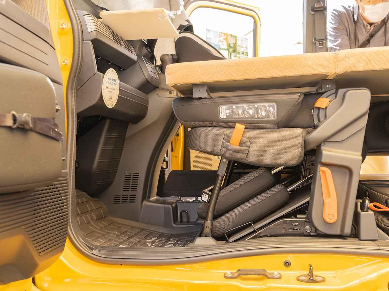 画像: 就寝時は、シートの足元スペースなども利用して荷物を整理します。 Honda Cars神奈川中:Rakuneru N-VAN