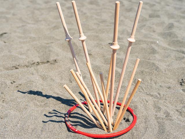 画像: 戦いごっこに使いたくなってしまいそうな形の棒が、プレイヤーが手に持つスティックです。