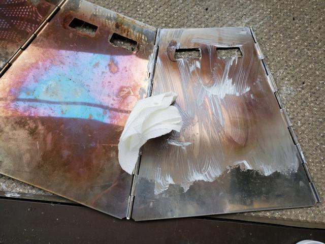 画像: 筆者撮影:焚き火クリームを塗る
