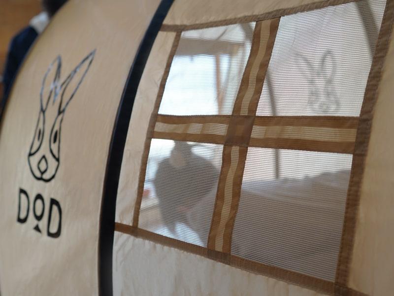 画像: そっとのぞけるメッシュ付き窓