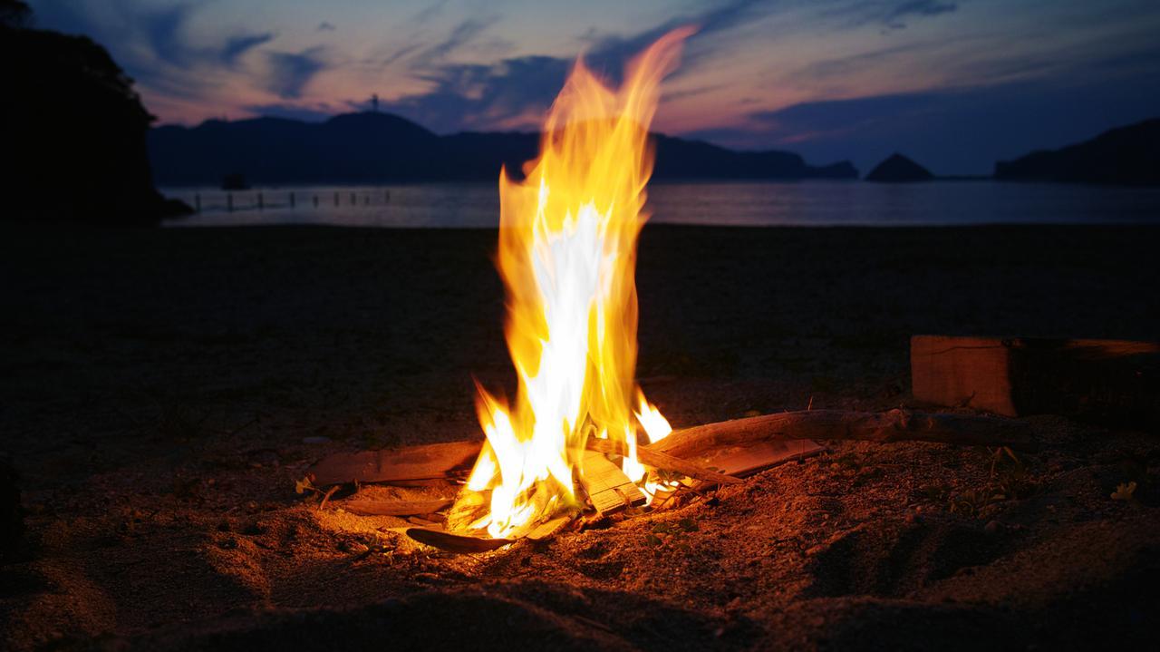 画像: 焚き火台でキャンプファイヤーをする際は場所と安全対策に注意 天候によって焚き火中止の決断も必要