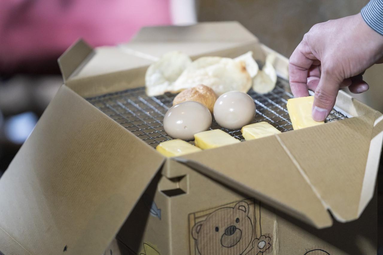 画像: 燻製の基本は塩の味付け・乾燥・燻煙 燻煙にはスモークチップやスモークウッドが必要