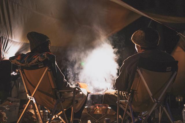 画像: 3.タープを張る際は、風向き・日差し・焚き火の位置に注意 空間を広くして、火の粉に気をつけよう