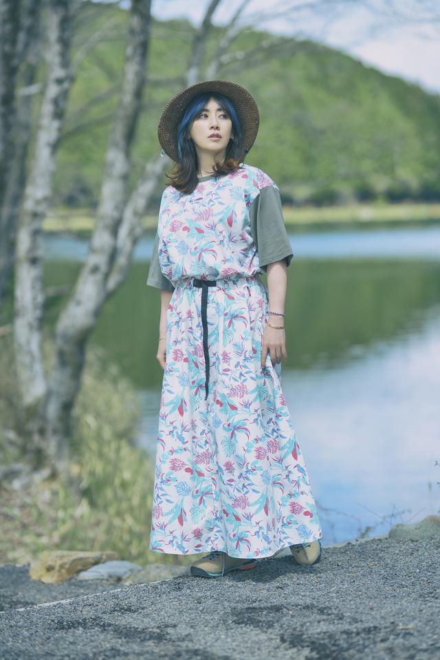 画像: Tee: Monroe Point W Short Sleeve Crew ¥7,590 Skirt: Monroe Point W Skirt ¥10,890 Hat: Escape Garden Paper Hat ¥5,390