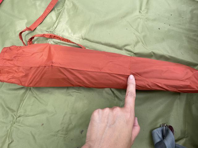画像: 筆者撮影:「短いペグが奥底に沈んで取り出しにくいわ!!」ということにならないように、ペグの部屋はちゃんと底が浅く縫い付けてくれている〜!ありがたいっす!