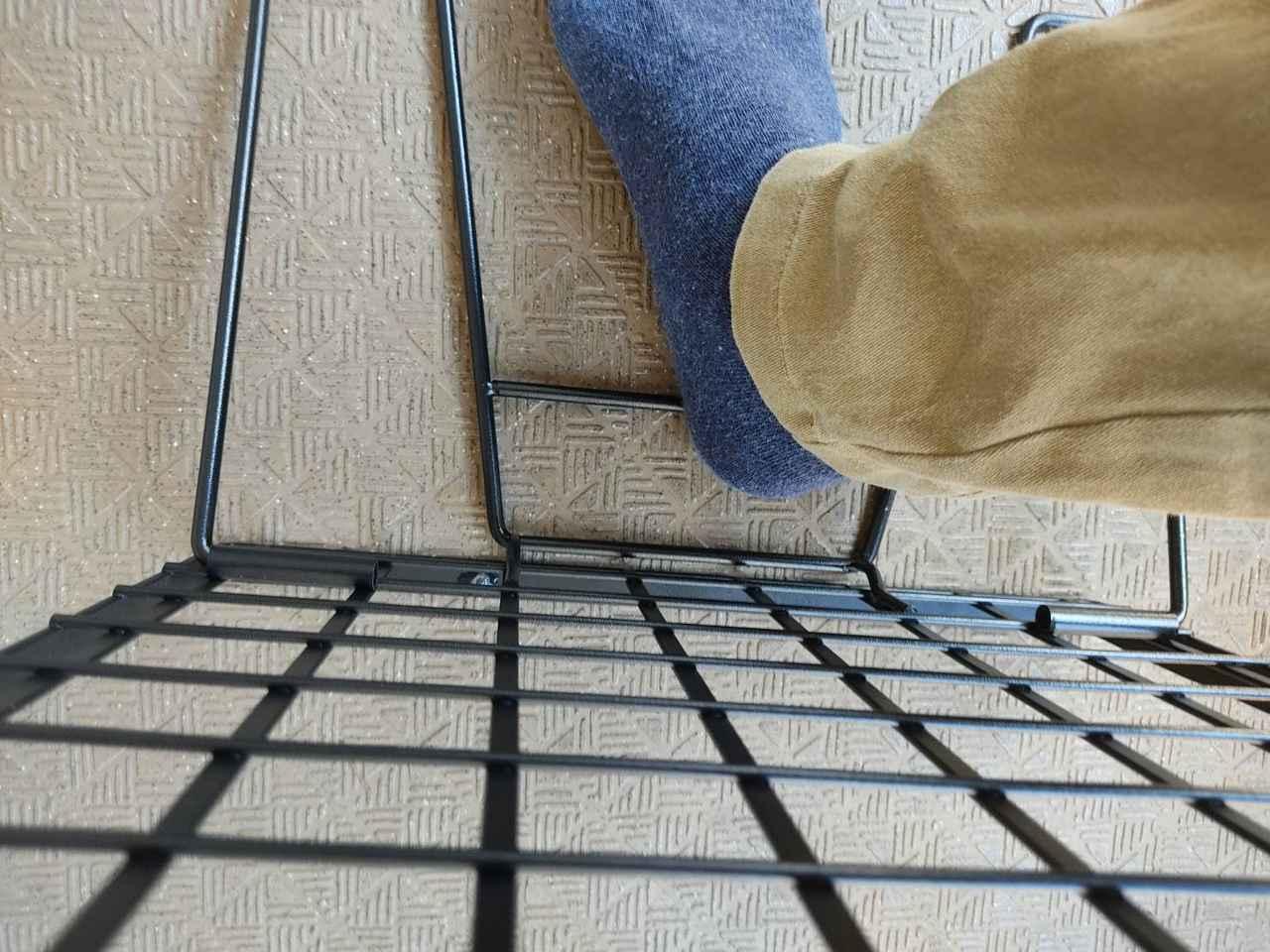 画像: 足でつまみに引っ掛けると楽 筆者撮影