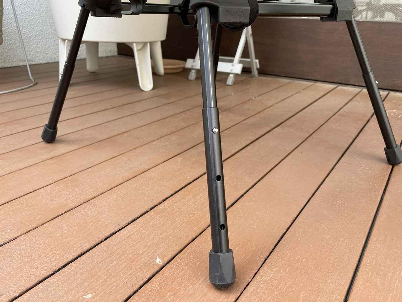 画像: 筆者撮影:チェアの脚には3段階の高さ調節用の穴があり、「最も低いモード」は脚を全て折りたたむ