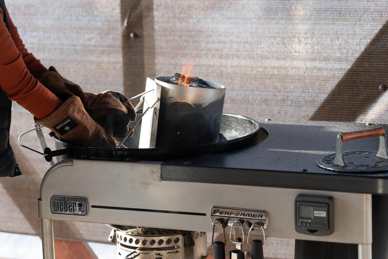 画像: 筆者撮影 weberのチャコールグリル。チャコールグリルの場合は炭をおこす作業が発生。煙も気になる。