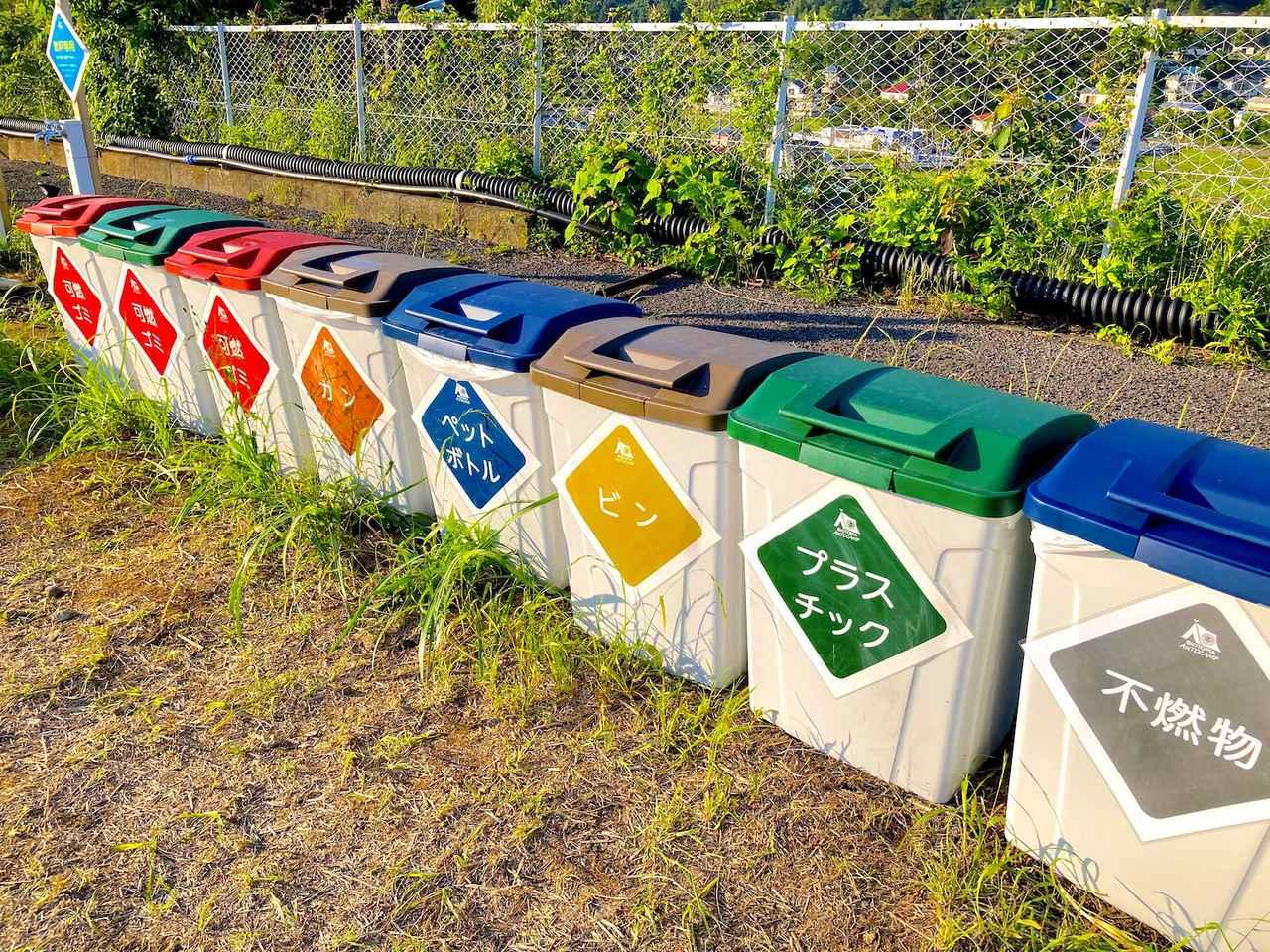 画像: 綺麗に整備された蓋付きのゴミ箱がズラリ!