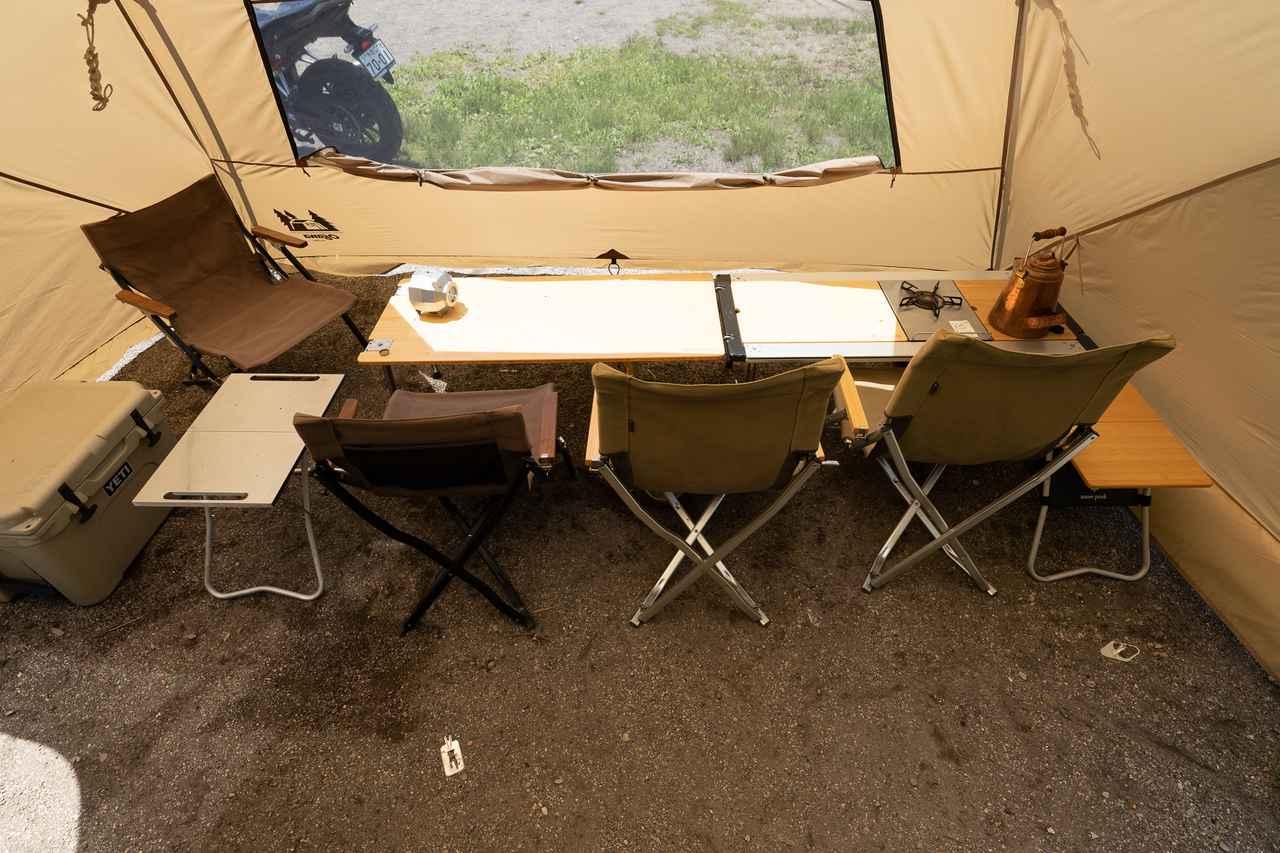 画像: 筆者撮影 テーブルと椅子を並べるとこんな感じになります。