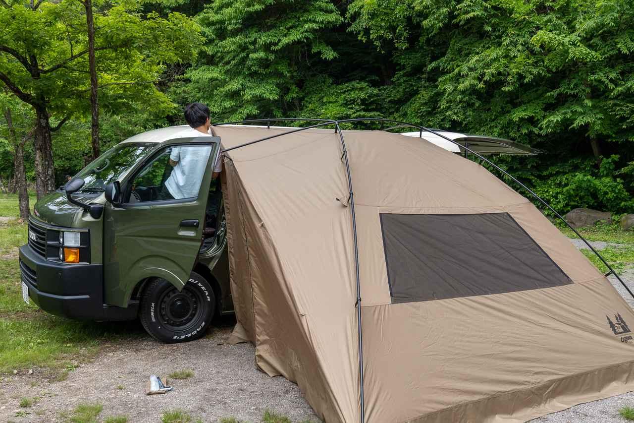 画像: 筆者撮影 脚立があれば車に足をかけて設営する必要がないので楽。