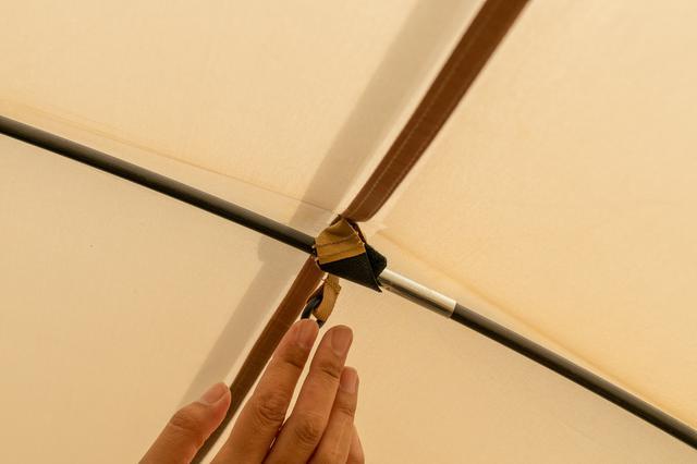 画像: 筆者撮影 天井中央部のリングにLEDランタンなどを吊るせる
