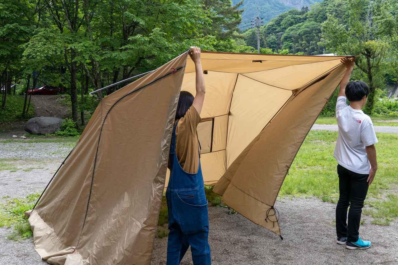 画像: 筆者撮影 あとはテントとくっつけるだけ。これは二人でやった方が楽です。