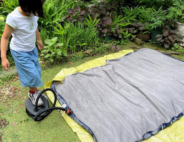 画像: フットポンプで空気注入、所要時間は子どもでも約5分