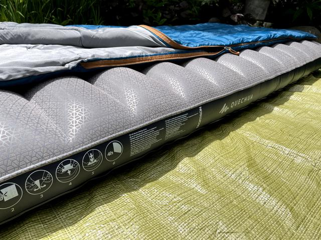 画像: 筆者撮影:寝袋 ARPENAZ 20℃ を乗せてみました。
