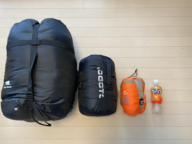 画像: 【筆者撮影】一番右・オレンジの寝袋がネイチャーハイク「ミニウルトラライト スリーピングバッグLW180」