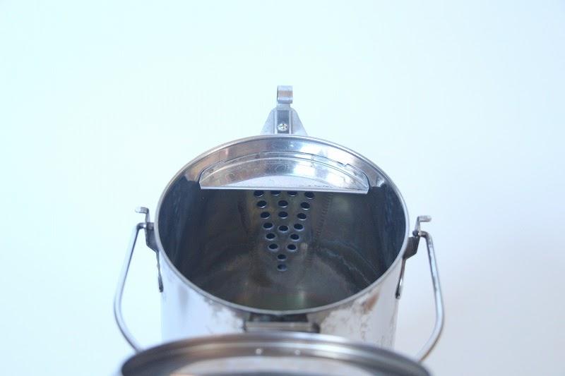 画像: 筆者撮影 お湯が上フタからこぼれないように板がついています