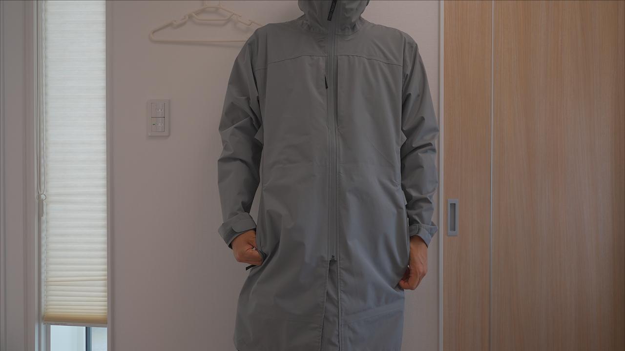 画像: 筆者撮影 イージス ストレッチレインコート全体(176cm65kgの筆者がLサイズのグレーを着用)