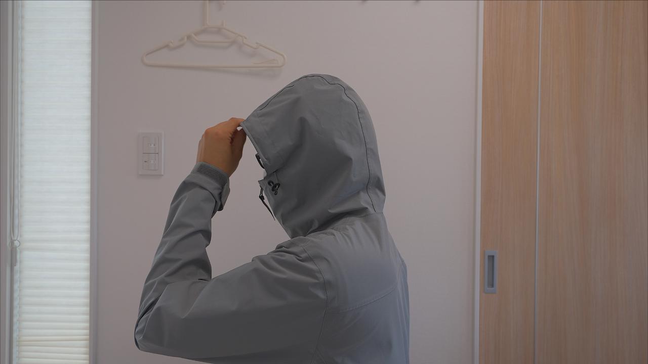 画像: 筆者撮影 ストレッチレインコートでフードをかぶった状態