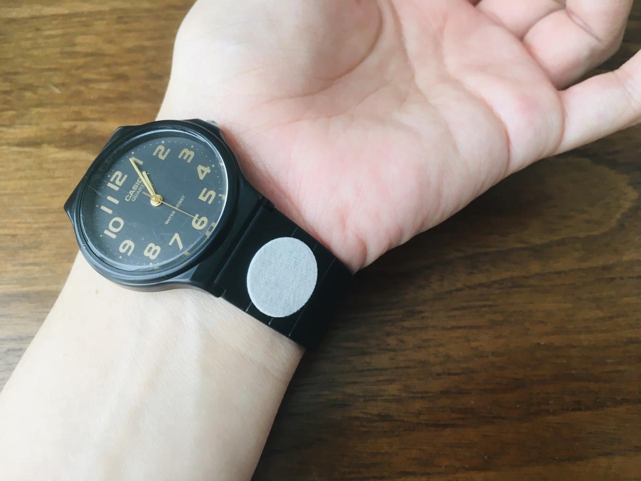 画像: 筆者撮影 時計に貼ってみた。動くと香ってリフレッシュにもなりました!