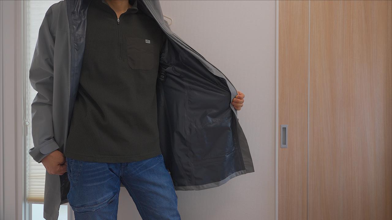 画像: 筆者撮影 ストレッチレインコートを着ている写真