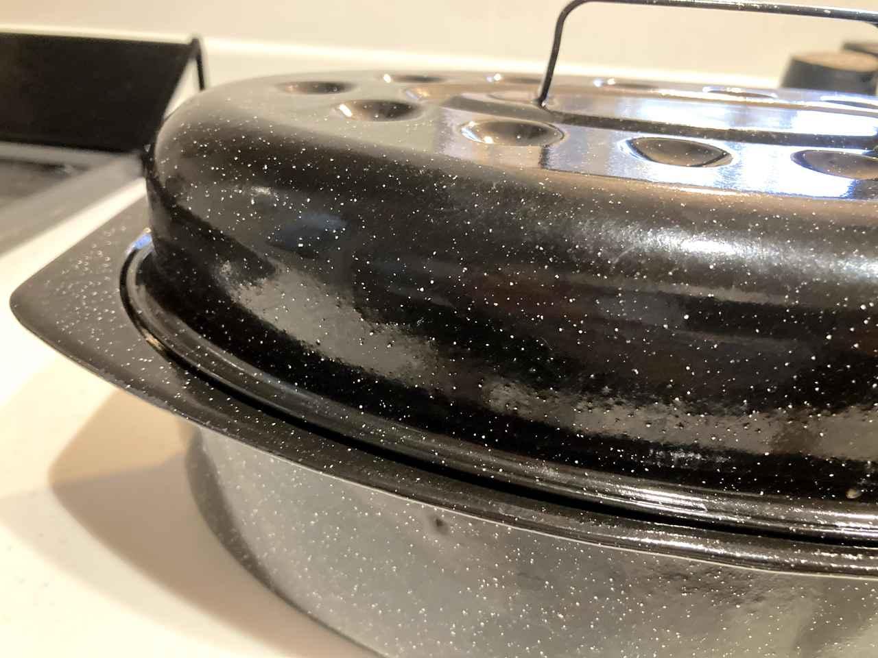 画像: 左右グッド用のお鍋、クックアップは薄手の琺瑯鍋です。
