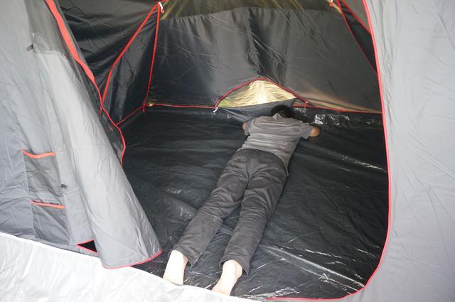 画像: 筆者撮影「寝室は、身長180cmの男性が横になれる広さ」