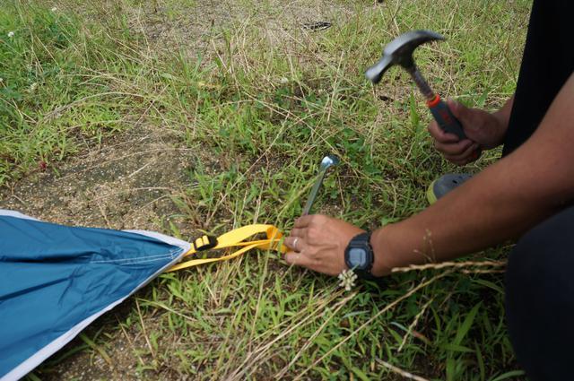 画像: 筆者撮影「スチール製のペグで、地面にしっかり刺さる」