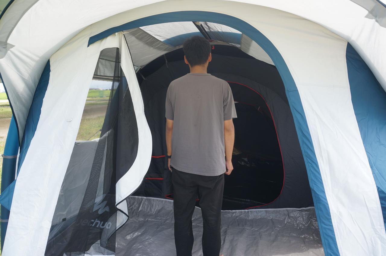 画像: 筆者撮影「リビングスペースは、身長180cmの男性も立てる高さ」