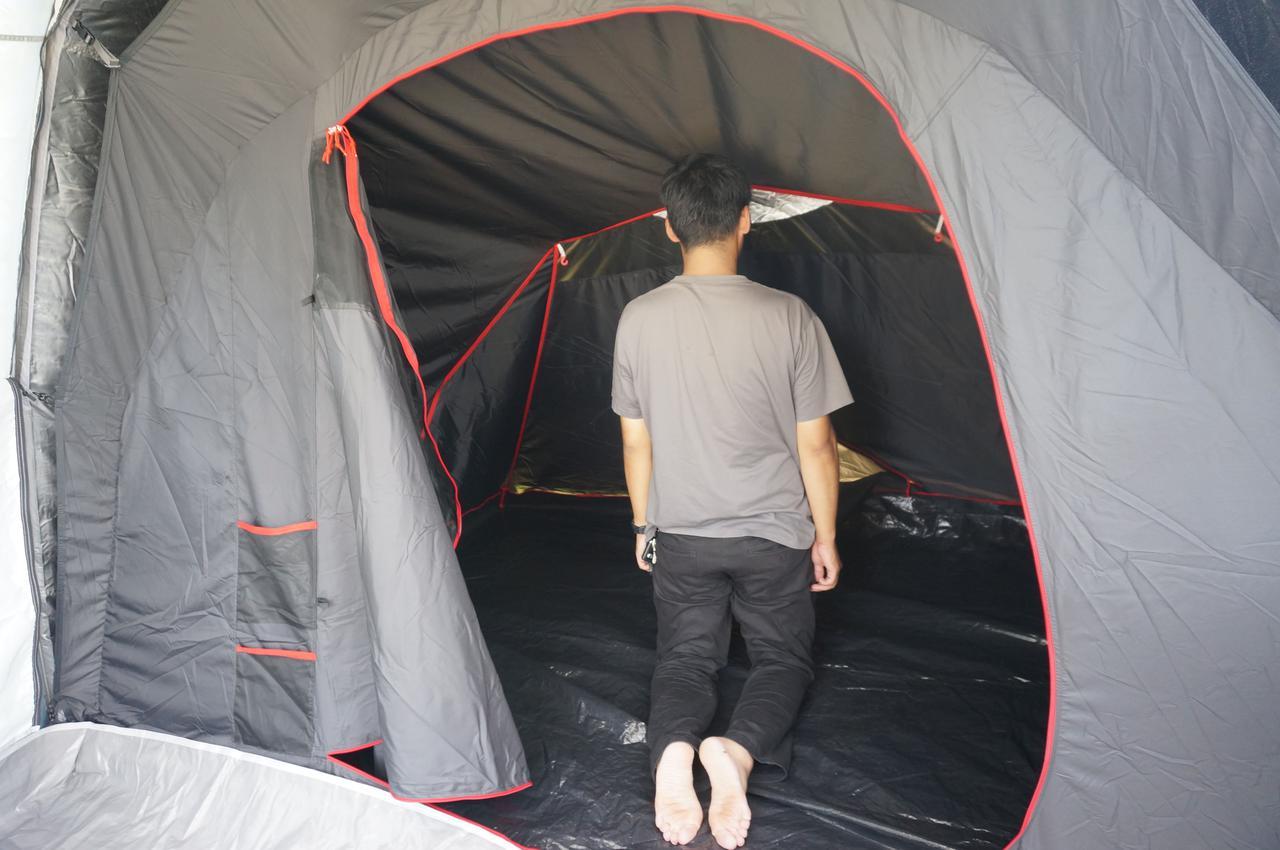 画像: 筆者撮影「寝室は、身長180cmの男性がひざ立ちできる高さ」」