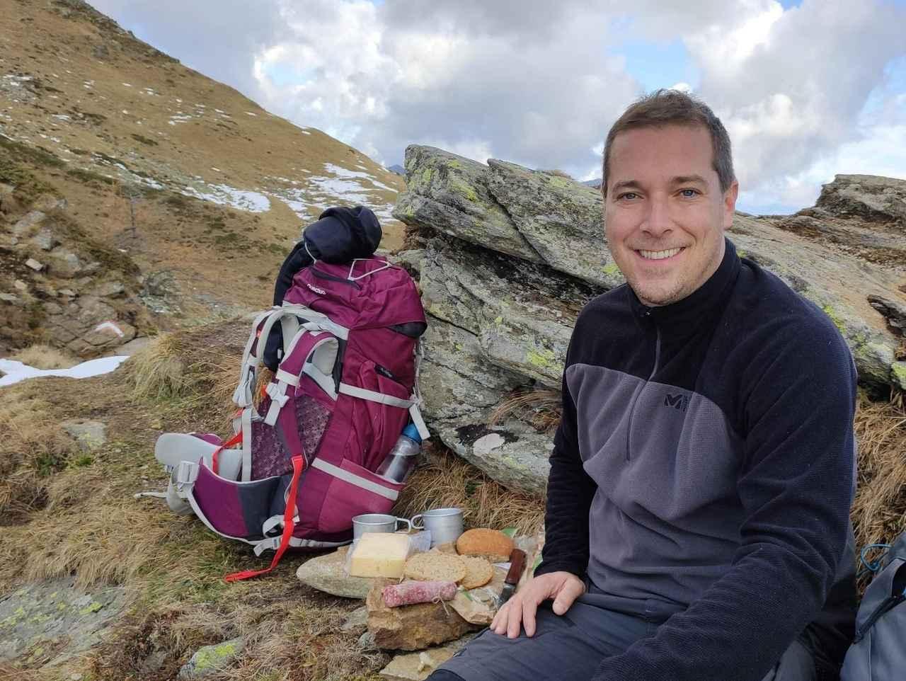 画像: 筆者撮影 山で休憩中の肌寒いときにフリースは重宝する