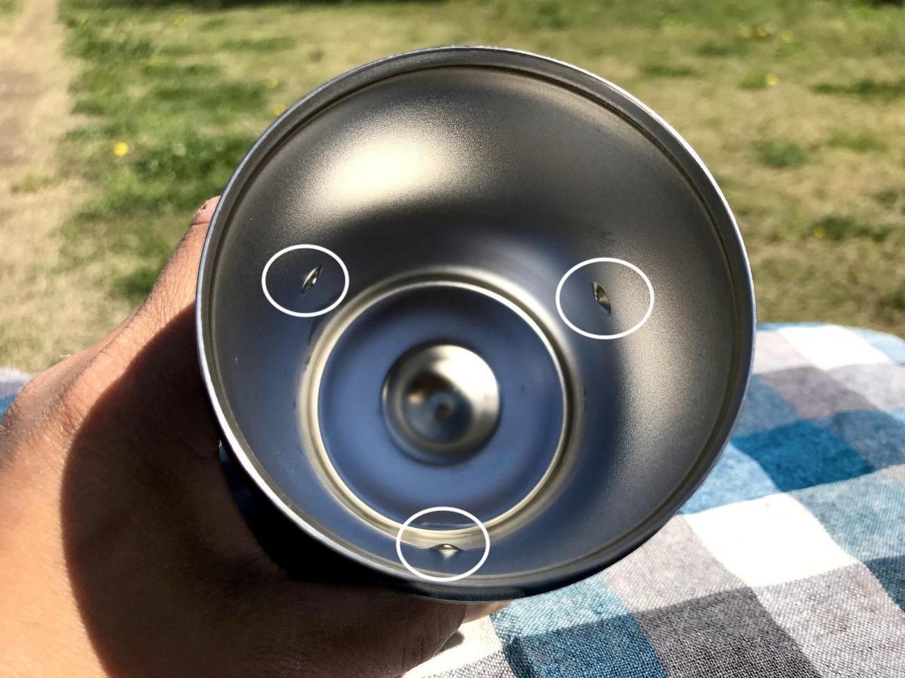 画像: 内側に3か所ボコッとした出っ張りがあるため缶がフィット(白枠部分) 筆者撮影