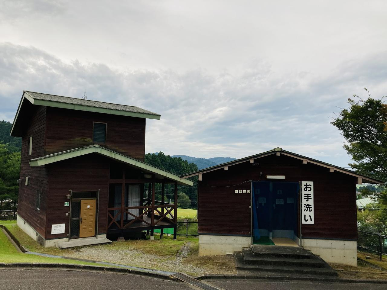 画像: 筆者撮影 大型バンガロー(左)とお手洗い(右)