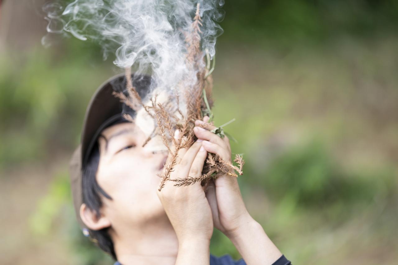 画像: 【おぎやはぎのハピキャン】阿諏訪さんと山菜狩り、箸作り、チャークロスで火起こし!<vol.3> - ハピキャン|キャンプ・アウトドア情報メディア