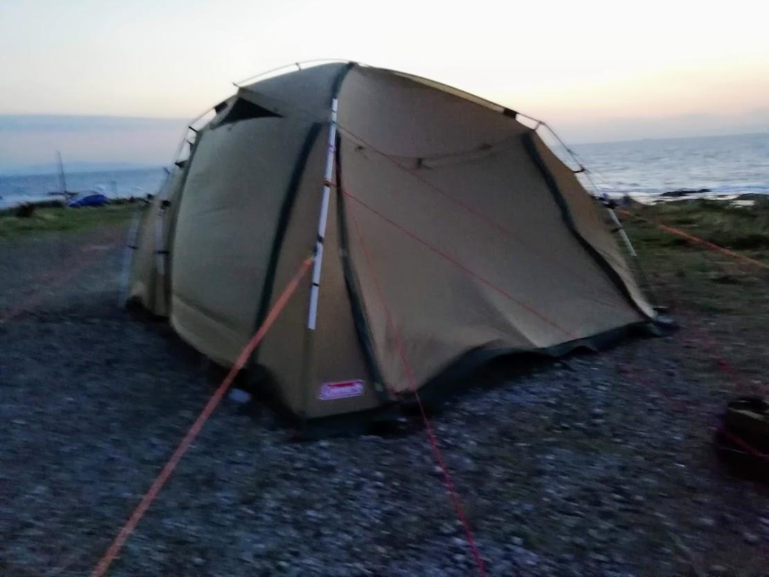 画像: 筆者撮影 春の嵐にゆがむ2ルームテント