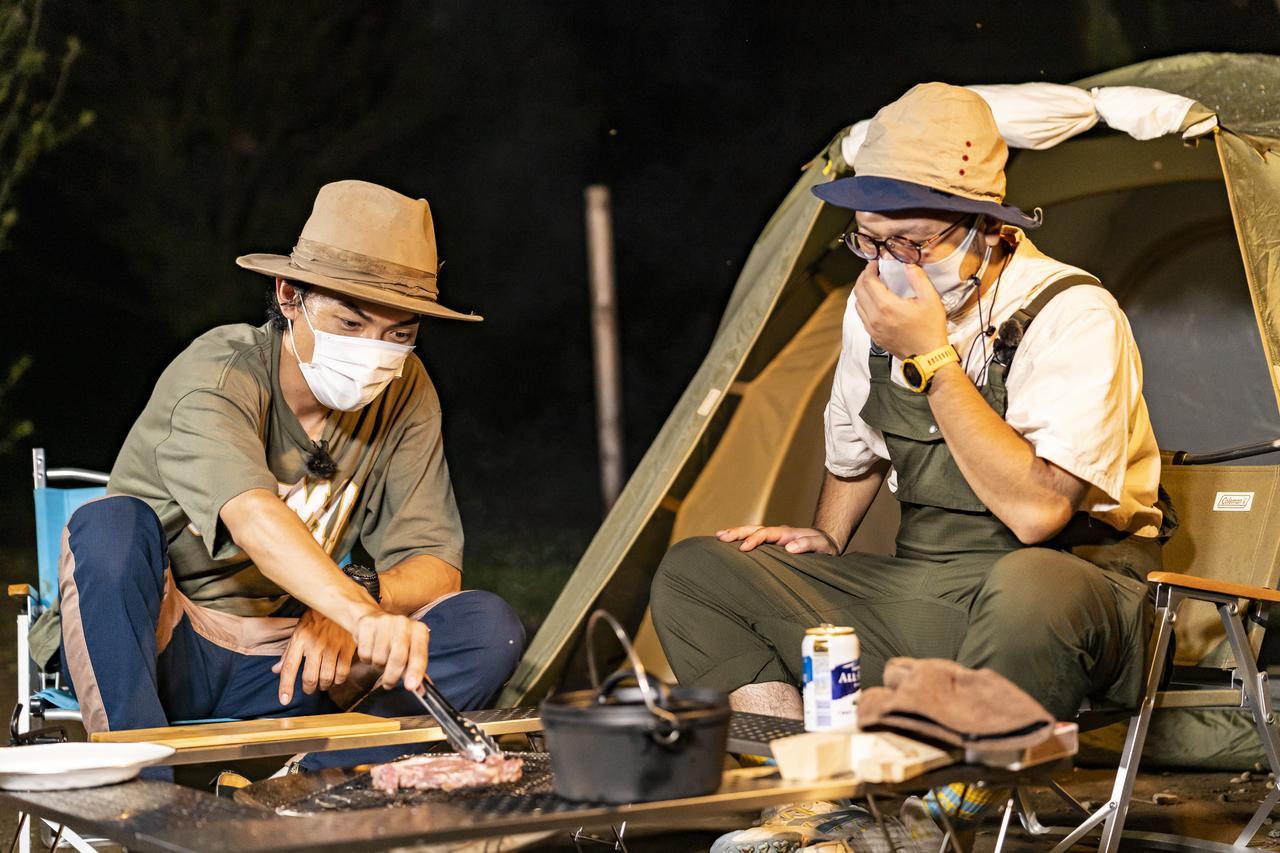 画像: 絶品キャンプ飯レシピを教えてくれるたけだバーベーキューさん(左)と筆者(右)