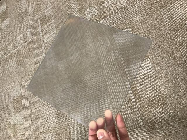 画像: 空中ディスプレイに触れる