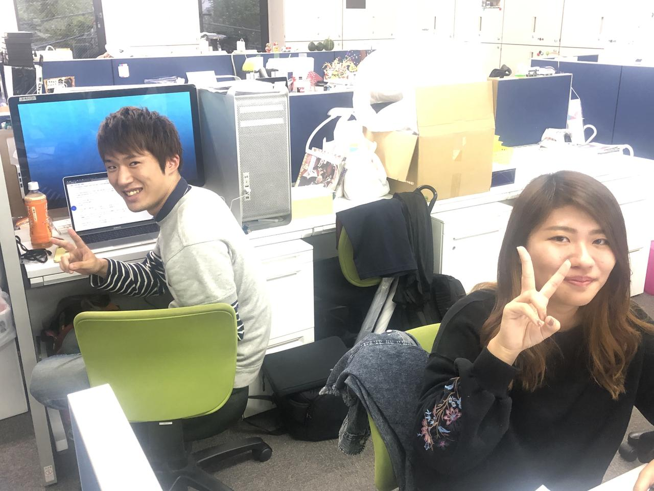 画像: 左が吉本くん。右が原嶋ちゃん。竹内くんは会社にいませんでしたので写真なし。 竹内くんは最近髪を切りイケメンになりました(私的に)